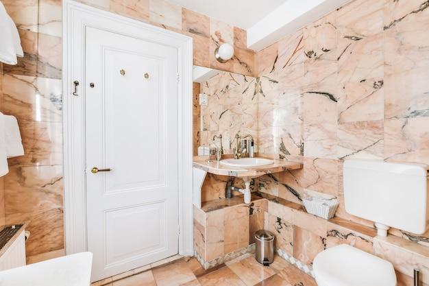 대리석 벽이있는 욕실의 고급 인테리어 디자인