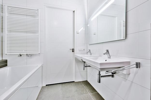 Роскошный дизайн интерьера ванной комнаты с мраморными стенами