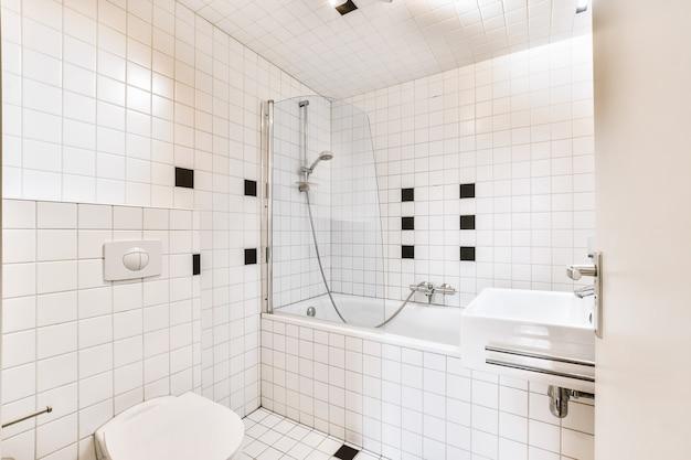 大理石の壁のバスルームの豪華なインテリアデザイン