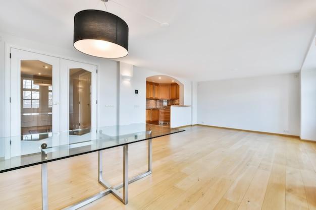 현대 집에서 빈 방의 고급 인테리어 디자인