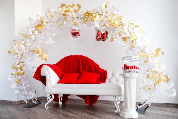 소파가있는 흰색과 빨간색의 고급스러운 인테리어, 빨간 장미가있는 새장