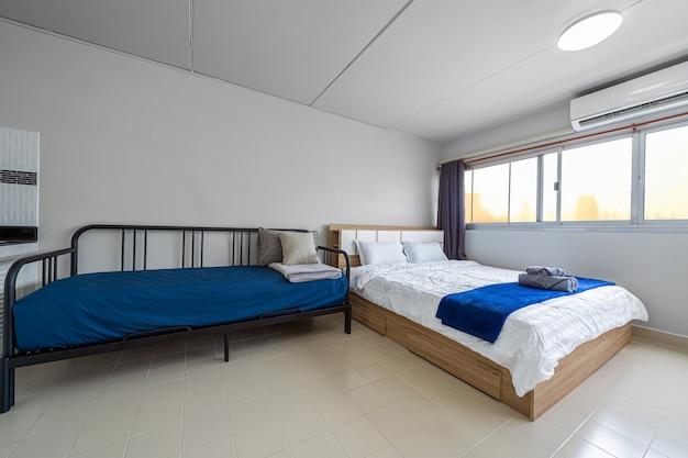Роскошный интерьер гостиной, диван-кровать, двуспальная кровать, рабочее пространство, работающее с технологическим ноутбуком