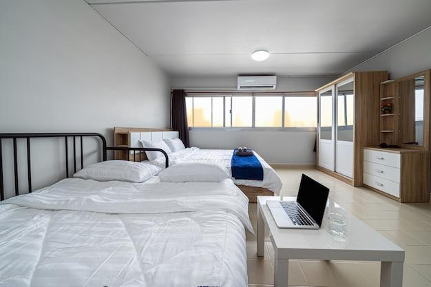 Роскошный интерьер гостиной с диваном-кроватью и кроватью размера «queen-size» обеденный стол