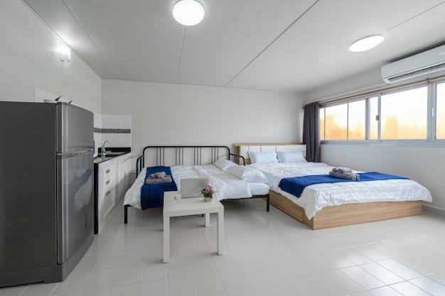 Роскошный интерьер гостиной с диваном-кроватью и кроватью размера «queen-size» обеденный стол кондиционер