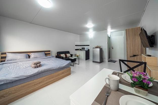 Роскошный интерьер гостиной с диваном-кроватью и кроватью размера «queen-size».