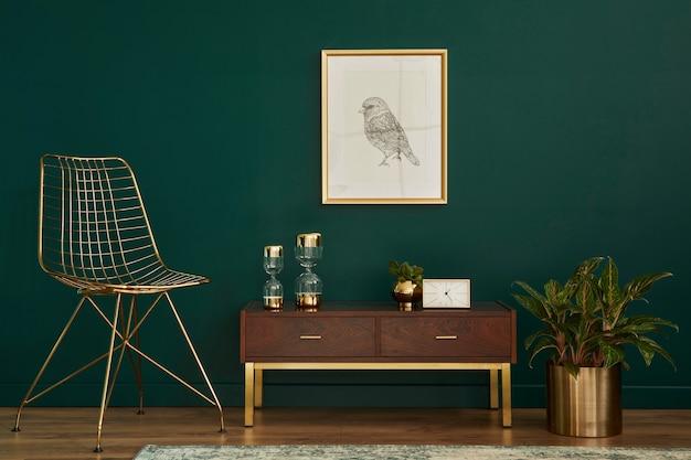 Роскошный интерьер со стильным стулом, деревянным комодом, рамкой для макета плаката, растениями, золотыми украшениями и элегантными личными аксессуарами. современная гостиная в классическом доме. шаблон.
