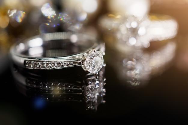 Роскошные ювелирные кольца с бриллиантами с отражением на черном фоне