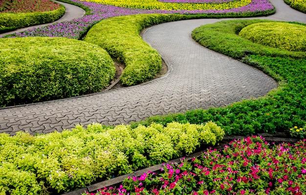 열대 정원의 럭셔리 조경 디자인. 열대 풍경의 아름다운 전망