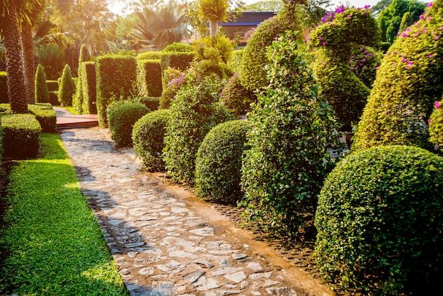 열대 정원의 고급 조경 디자인. 열대 풍경의 아름다운 전망