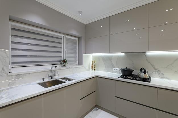 Роскошная большая современная кухня из белого мрамора, совмещенная со столовой