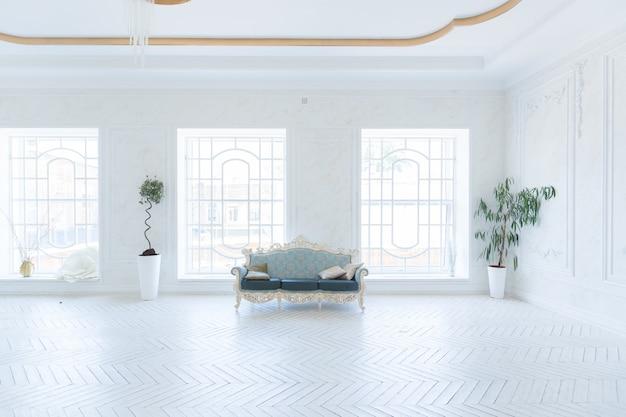 금색 벽과 흰색과 금색의 세련된 고가 가구가있는 거실의 고급스러운 조명 인테리어