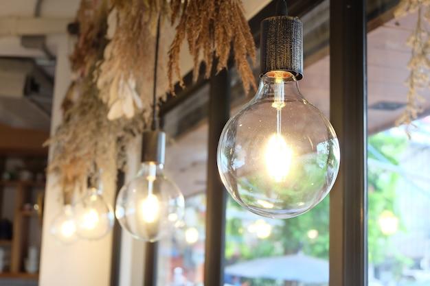 豪華な照明装飾、天井からの電球の吊り下げ
