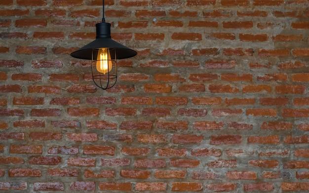 レンガの壁の背景の上に贅沢な照明の装飾