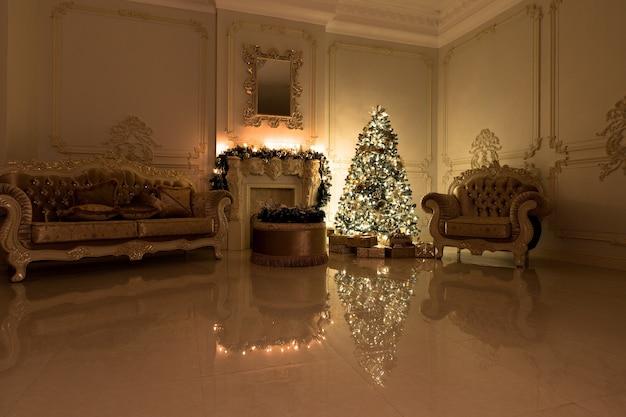 シックなクリスマスツリーで飾られた豪華なリビングルームのインテリア。