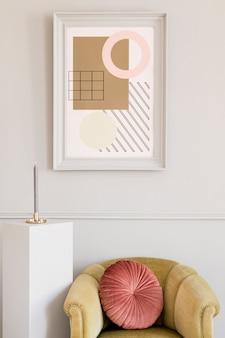 우아한 녹색 안락 의자, 회색 스탠드 및 세련된 액세서리가있는 고급 거실 인테리어. 세련된 가정 장식의 성형 회색 벽에 그림 프레임을 모의합니다. 주형.