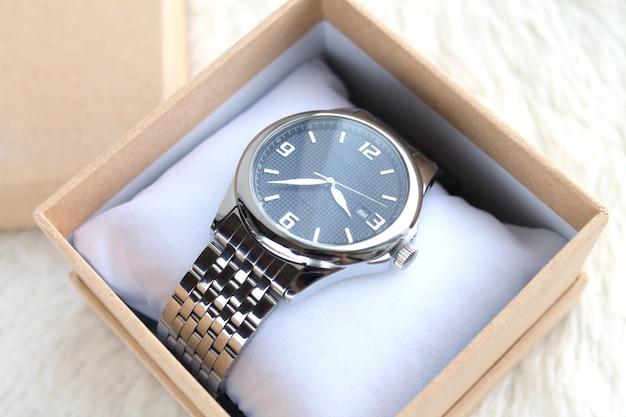ギフトボックスまたはケースのクローズアップで豪華な男性の腕時計