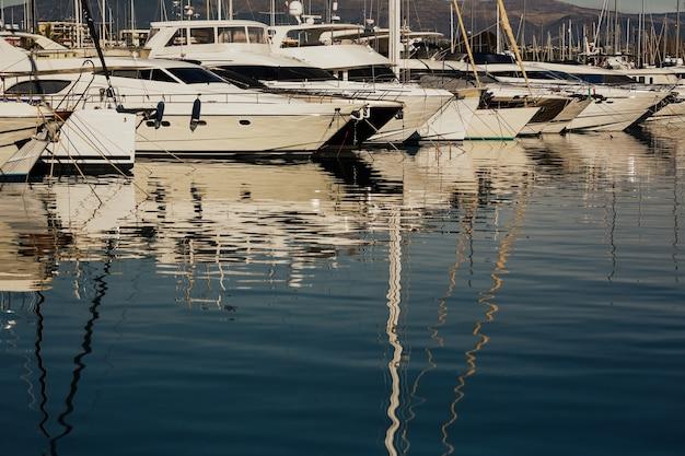 Роскошная пристань для яхт на антибах на французской ривьере, лазурный берег, франция.