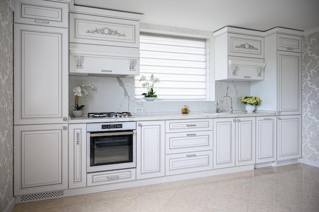 すっきりとしたデザインの豪華でモダンなクラシックな白いキッチンインテリア