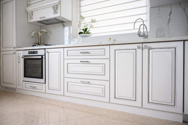 Роскошный современный классический белый интерьер кухни