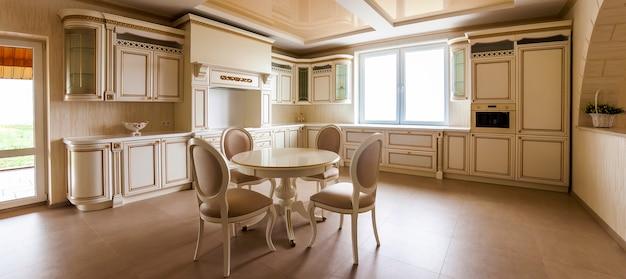 Роскошный современный встроенный кухонный интерьер. кухня в элитном доме с бежевыми шкафами. стол и стулья