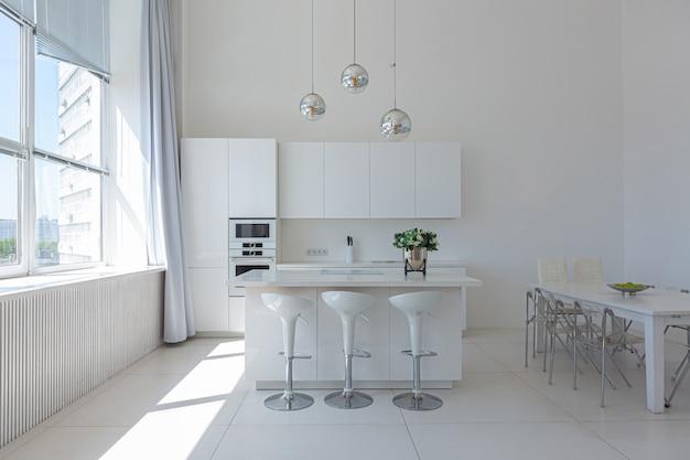 Роскошный современный интерьер белой квартиры-студии в стиле минимализма.