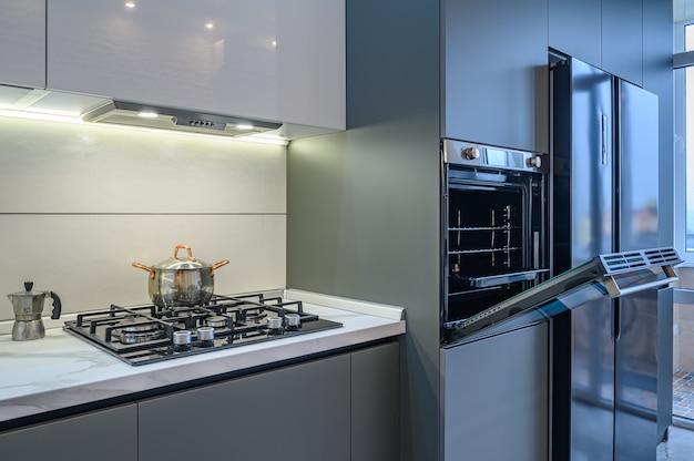 豪華でモダンなキッチンインテリア、オーブンのドアが開いた