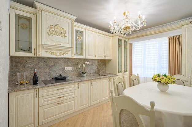 Роскошный современный интерьер кухни в бежевом неоклассическом стиле