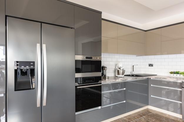Роскошный современный белый, бежевый и серый интерьер кухни