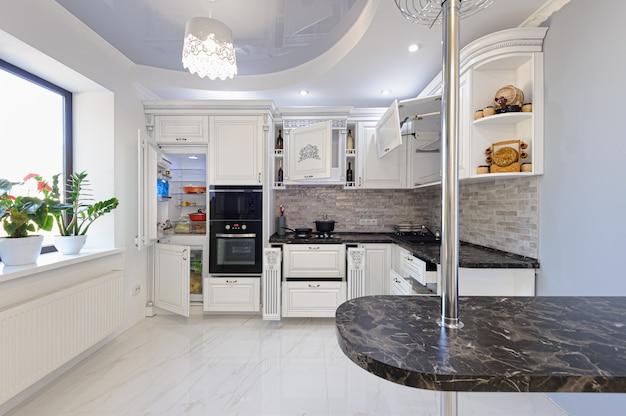 Роскошный современный интерьер кухни белого цвета