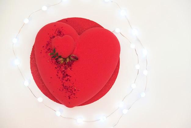 バラで飾られた贅沢なムースケーキ。バレンタインデーのお祝い。愛。誕生日のロマンチックなケーキ。