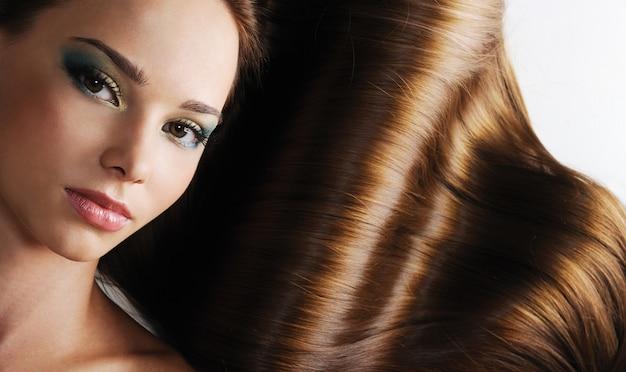 Роскошь красивой брюнетки с длинными здоровыми женскими волосами