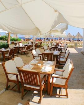 Роскошный ресторан под открытым небом