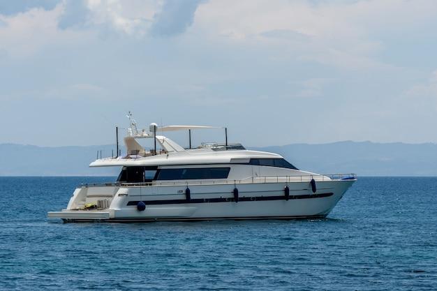 船首波で熱帯の海で進行中の豪華なプライベートモーターヨット