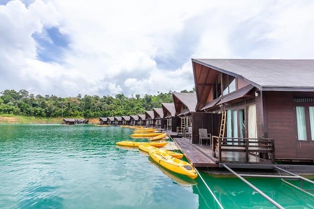 熱帯の木々と緑の湖に浮かぶいかだの家と高級リゾート