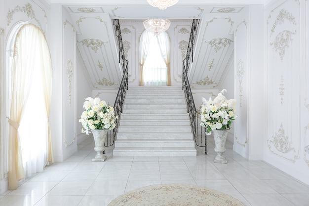 Роскошный королевский шикарный интерьер в стиле барокко.