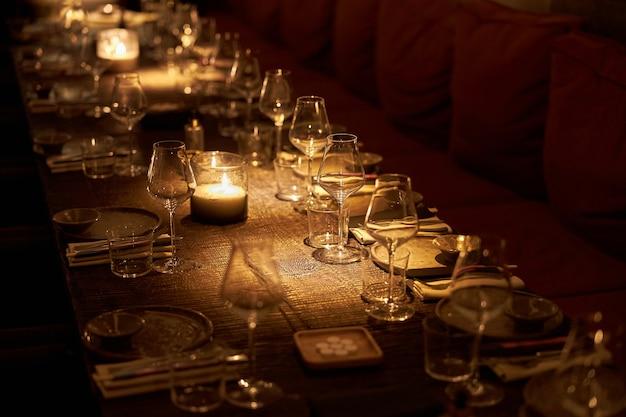 モダンなレストランで豪華な夜の宴会を提供