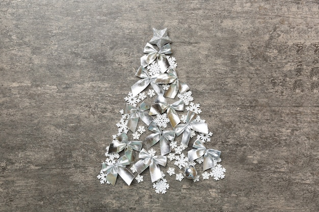 Роскошная форма новогодней елки из хрусталя и серебряных рождественских украшений на синем фоне. праздничная концепция поздравительной открытки и символ рождества. вид сверху.