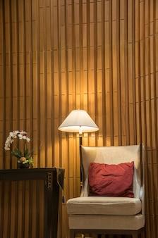 夜間照明付きのホテルのゲストラウンジにある豪華なソファ。