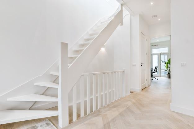 우아한 집에서 특별한 디자인의 고급 계단 홀