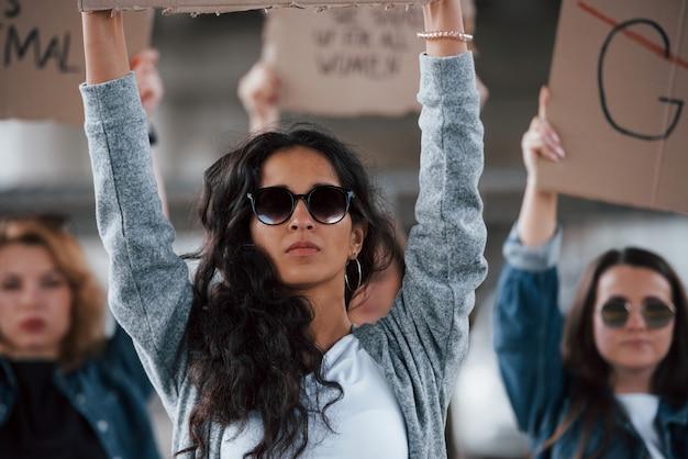 Роскошные солнцезащитные очки. группа женщин-феминисток протестует за свои права на открытом воздухе