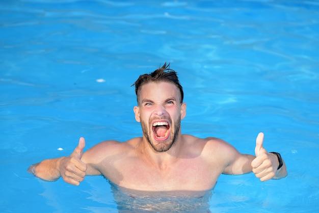 럭셔리 수영장-흥분. 해변에서 푸른 물에서 섹시 한 남자입니다. 강력한 근육질 남성 인물