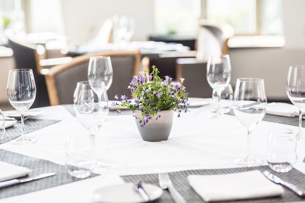 레스토랑이나 호텔에 안경, 냅킨, 칼 붙이가 있는 고급 테이블.