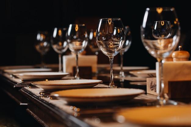 레스토랑에서 고급 식기 아름다운 테이블 설정