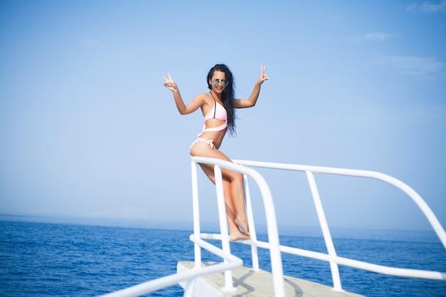 럭셔리 여행 비키니 소녀 휴가 배너. 보라 보라 타히티, 프랑스 령 폴리네시아 섬의 목가적 인 바다 물 위에 아시아 여자 태양 황갈색. 이국적인 휴가의 파노라마 가로 자르기.