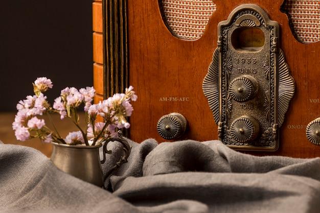 豪華なビンテージ放送ラジオ受信機と花