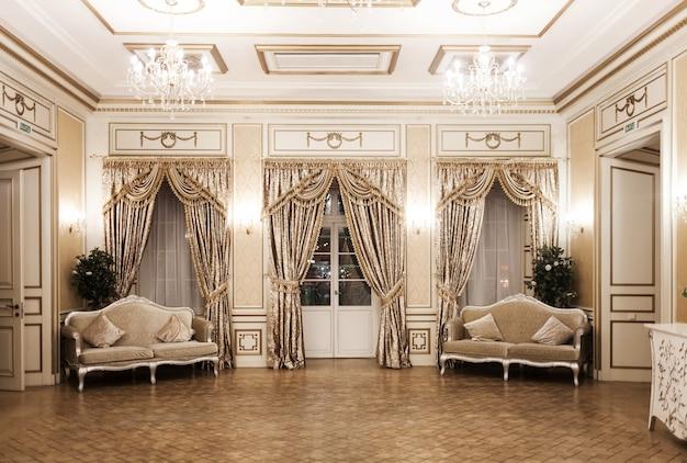 貴族的なスタイルの豪華なヴィンテージインテリア。窓のある豪華な部屋