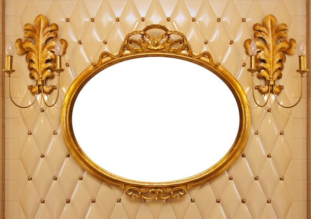 벽에 골드 프레임 럭셔리 빈티지 거울. 내부 절연