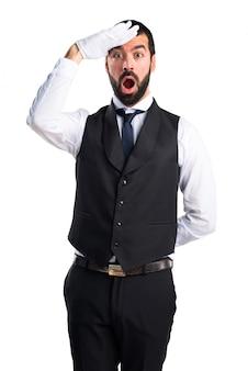 Cameriere di lusso che mostra qualcosa