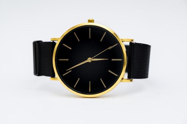 白い背景で隔離の高級時計。クリッピングパス。ゴールドの時計。女性が見ます。女性の時計。