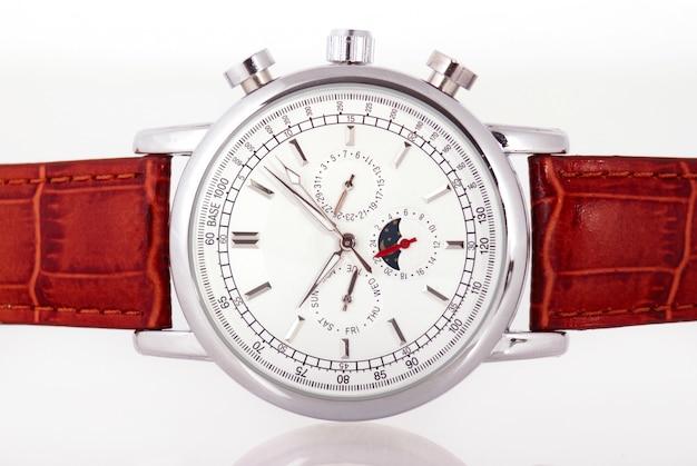 Роскошные часы на белом фоне